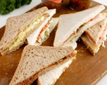 Mozarella-tomaat-rauwkost-sla, bruin brood