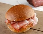 Rauwe ham, bruin broodje